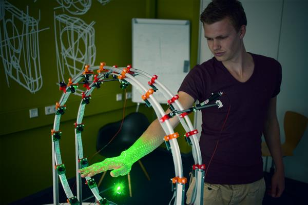 student-designs-curatio-dedicated-3d-hand-scanner-equipped-32-raspberry-pi-cameras-1